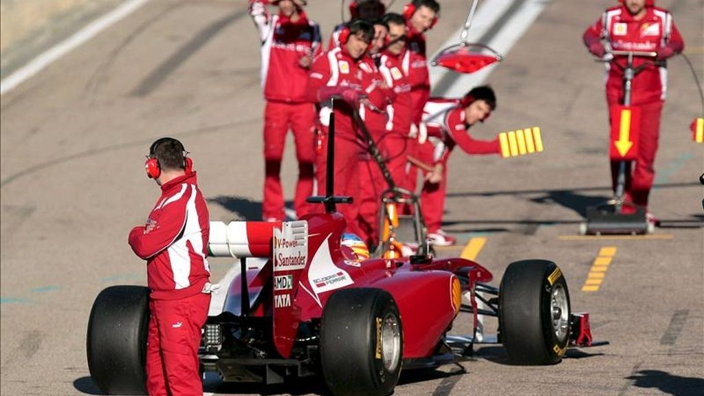 El piloto español de Ferrari, Fernando Alonso, llega a boxes, durante la segunda jornada de entrenamientos dentro de la pretemporada del Mundial de Fórmula Uno, en el circuito Ricardo Tormo de Cheste (Valencia). EFE