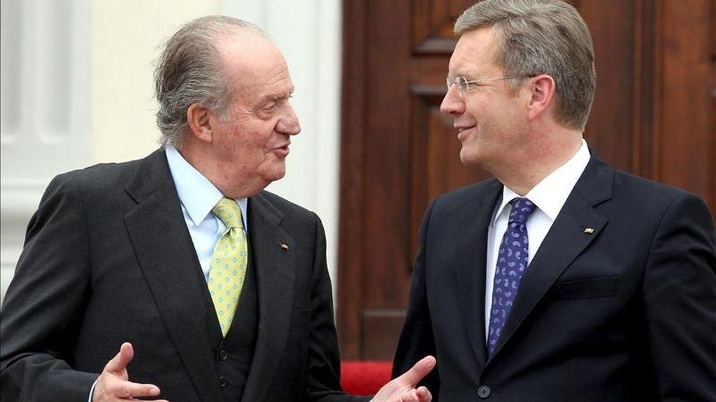 El rey de España, Juan Carlos I (i), conversa con el presidente de Alemania, Christian Wulff (d), antes de la reunión que ambos mantuvieron en el Palacio Bellevue en Berlín, Alemania. EFE