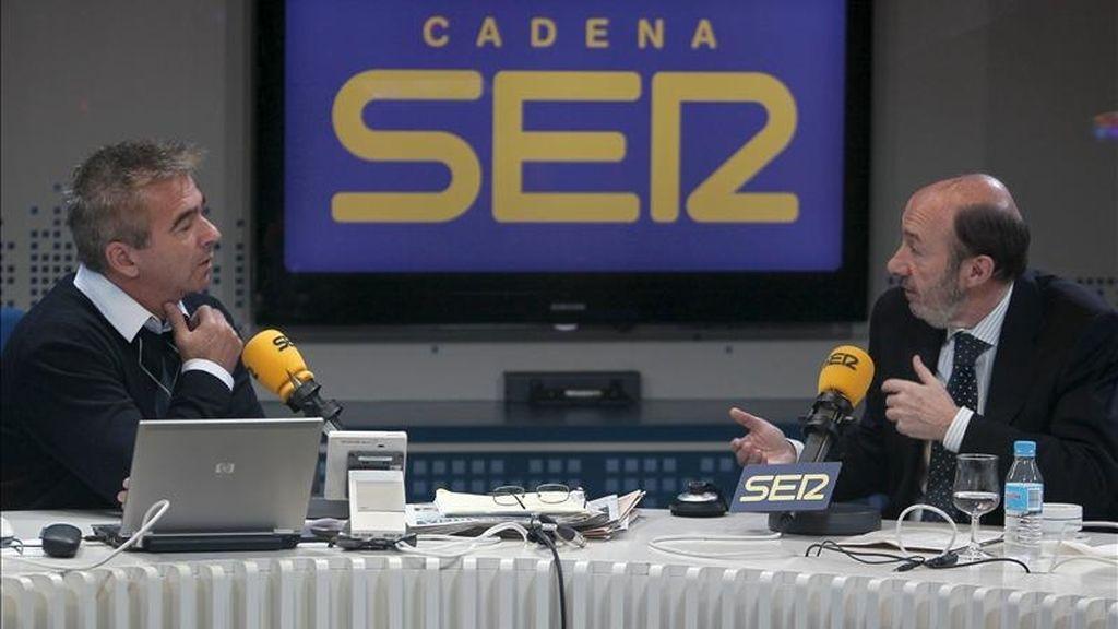 """El vicepresidente primero del Gobierno, Alfredo Pérez Rubalcaba (d), durante la entrevista que mantuvo en el programa """"Hoy por hoy"""" de la Cadena Ser, que dirige y conduce el periodista Carles Francino (i). EFE"""
