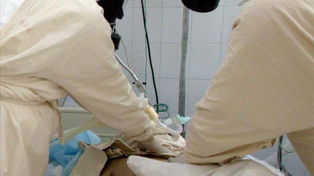 Médicos chinos durante una intervención. EFE/Archivo