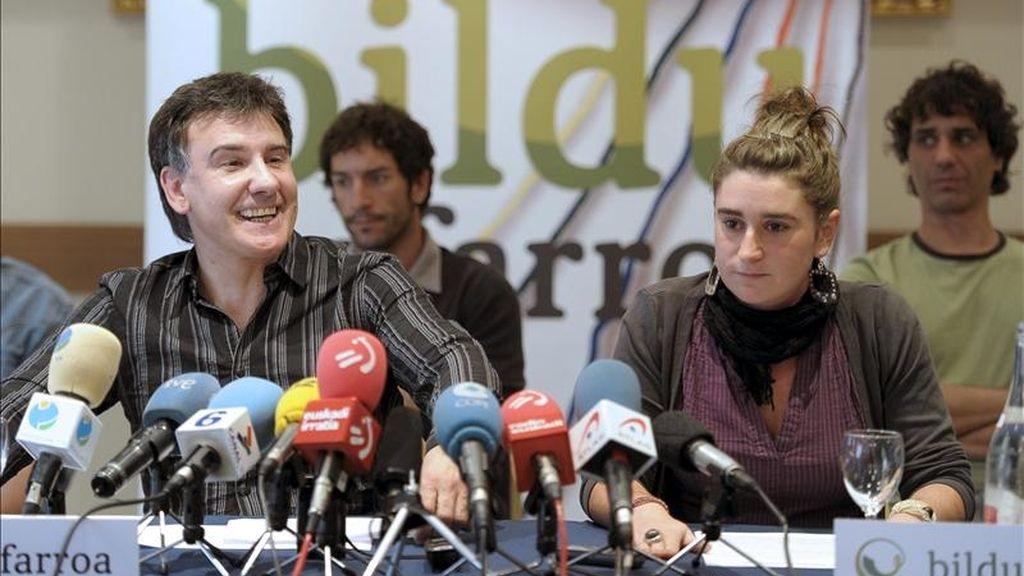El sindicalista y candidato de Bildu al Parlamento de Navarra Bikendi Barea (i), junto a la candidata de esta formación a la alcaldía de Alsasua, Garatzi Urrestarazu (d), durante una conferencia de prensa. EFE