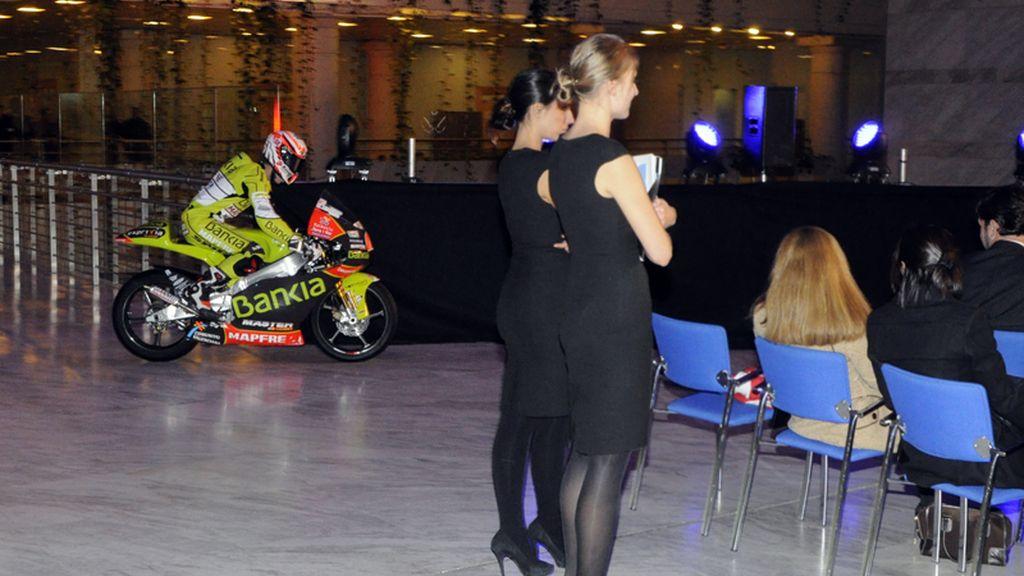 Nico Terol sube al escenario con su moto