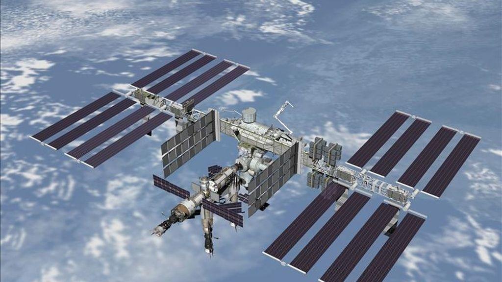 """Imagen cedida por NASA de la Estación Espacial Internacional (EEI). La trayectoria de la basura espacial en ocasiones es incierta y la NASA activó el código """"rojo"""" de seguridad ya que no tenían tiempo suficiente para corregir el rumbo de la EEI. EFE/Archivo"""