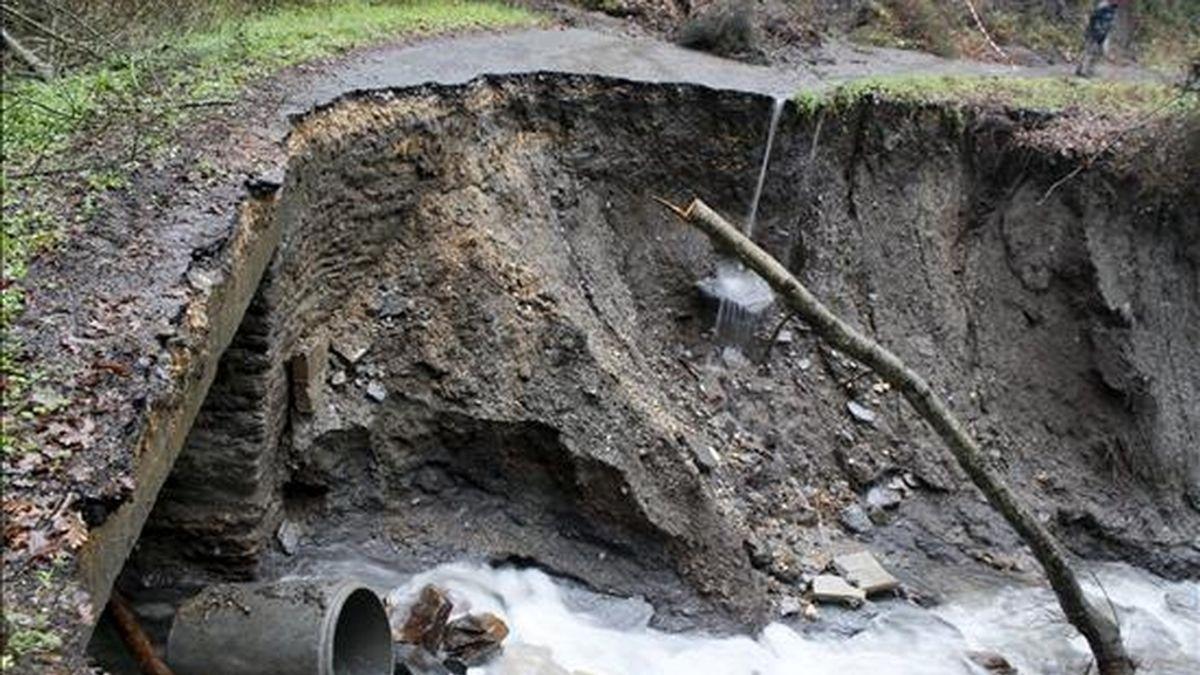 Carretera local en Portomarín (Lugo) en la que las intensas lluvias que afectan a la Comunidad gallega desde ayer han causado desprendimientos de tierra y piedras y su hundimiento. EFE/EliseoTrigo