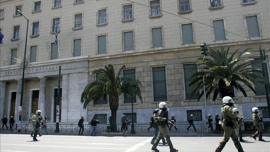 La policía antidisturbios resguarda la sede del Banco Central de Grecia. EFE/Archivo