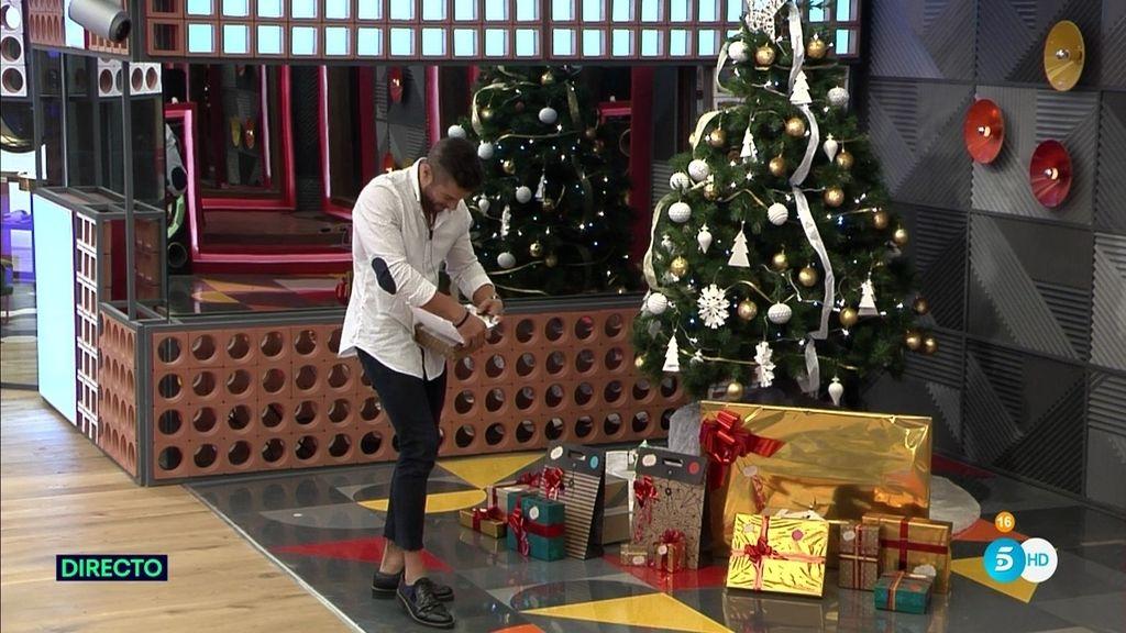 Alain recoge su regalo de Navidad antes de abandonar Guadalix de la Sierra