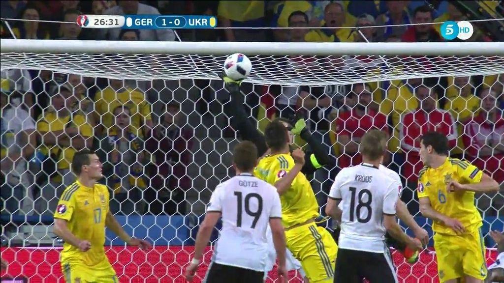 Otro paradón de Neuer, esta vez a un gran cabezazo de Khacheridi