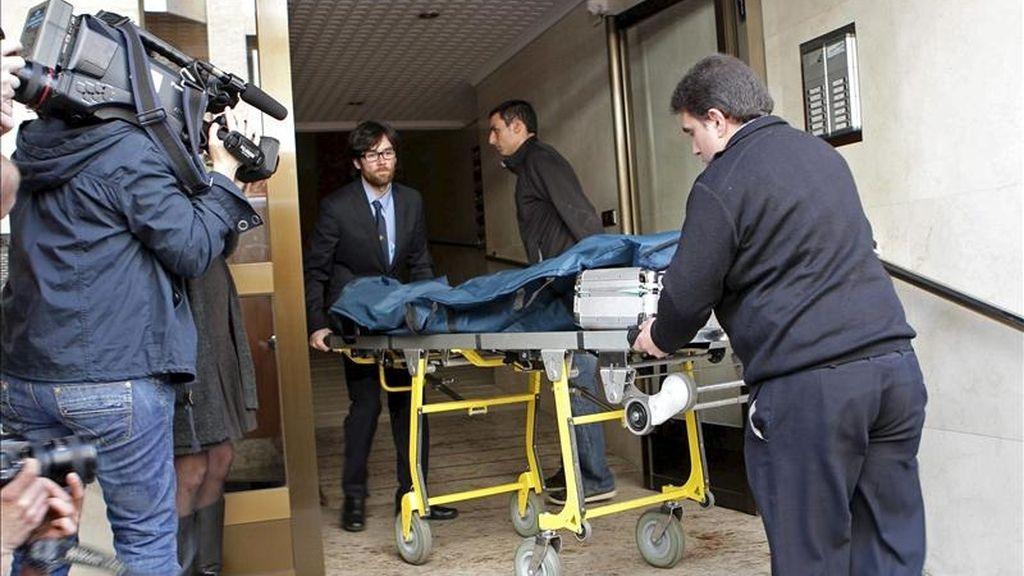 Momento en el que es trasladado uno de los cadáveres de los dos ancianos que han fallecido hoy en el piso séptimo del número 65 de la calle Pérez Galdós de Logroño, al parecer por inhalación de humos procedentes del incendio de un colchón. EFE