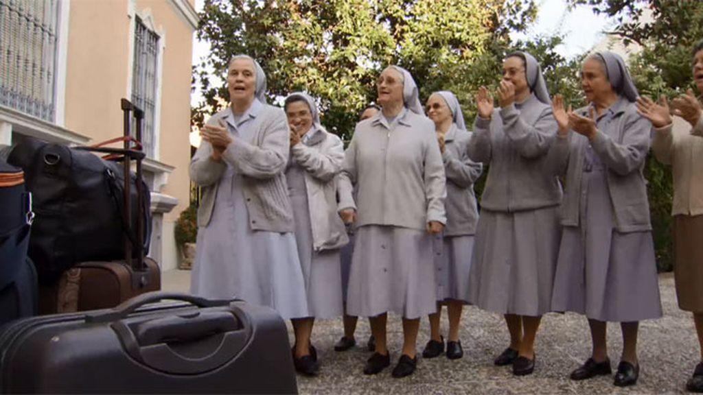 Las monjas despiden a las chicas cantándoles 'Cuando un amigo se va'