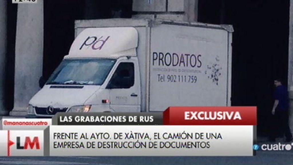 Las cámaras captan a un camión de destrucción de documentos frente al Ayto. de Xàtiva