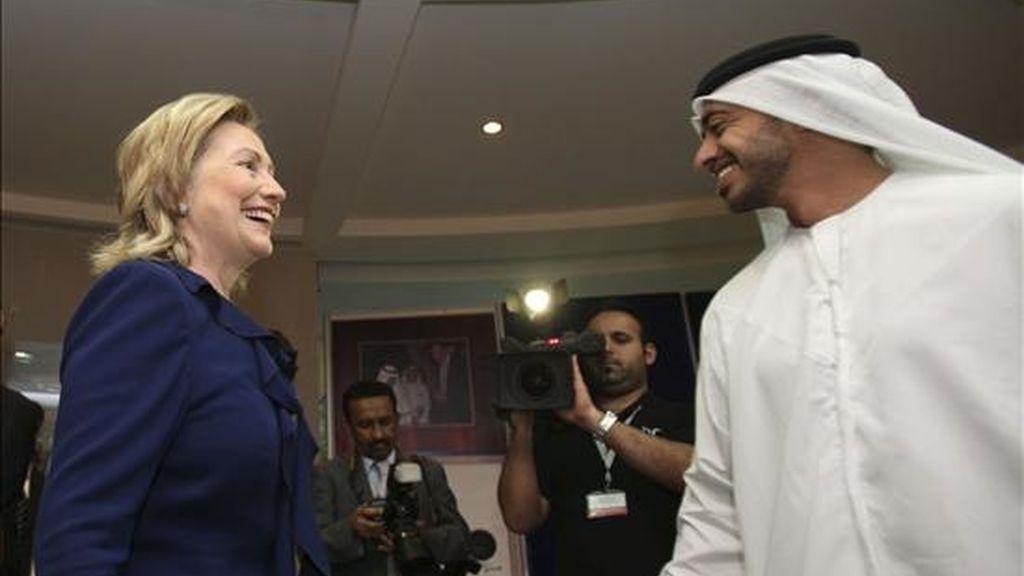 La secretaria de Estado de EEUU, Hillary Clinton (i), habla con el ministro emiratí de Exteriores, jeque Abdulá bin Zayed al-Nayyan (d), tras grabar una entrevista para un programa de televisión de la cadena de capital saudí MBC, en el emirato de Abu Dabi, Emiratos Árabes Unidos, donde la secretaria de Estado ha comenzado una gira de varios días por la región, hoy lunes 10 de enero de 2011. EFE
