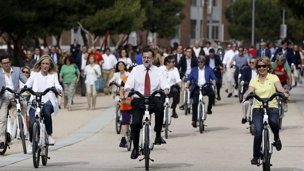 Rajoy, Cifuentes y Aguirre, en bici en un acto de campaña en Madrid