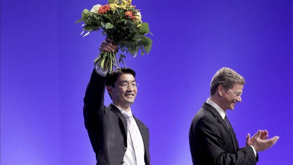 El presidente del partido alemán FDP Guido Westerwelle (a la derecha) y su sucesor designado Phillipp Rösler (izquierda) durante la convención Demócratas Liberales en Rostock, Alemania. EFE