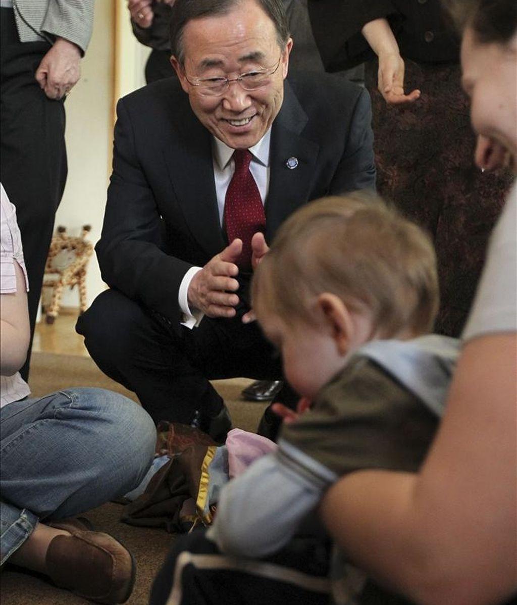 El secretario general de la ONU, Ban Ki-moon (c), interactúa con un niño durante su visita al Centro de Pedagogía Curativa (CCP) en Moscú, Rusia. EFE
