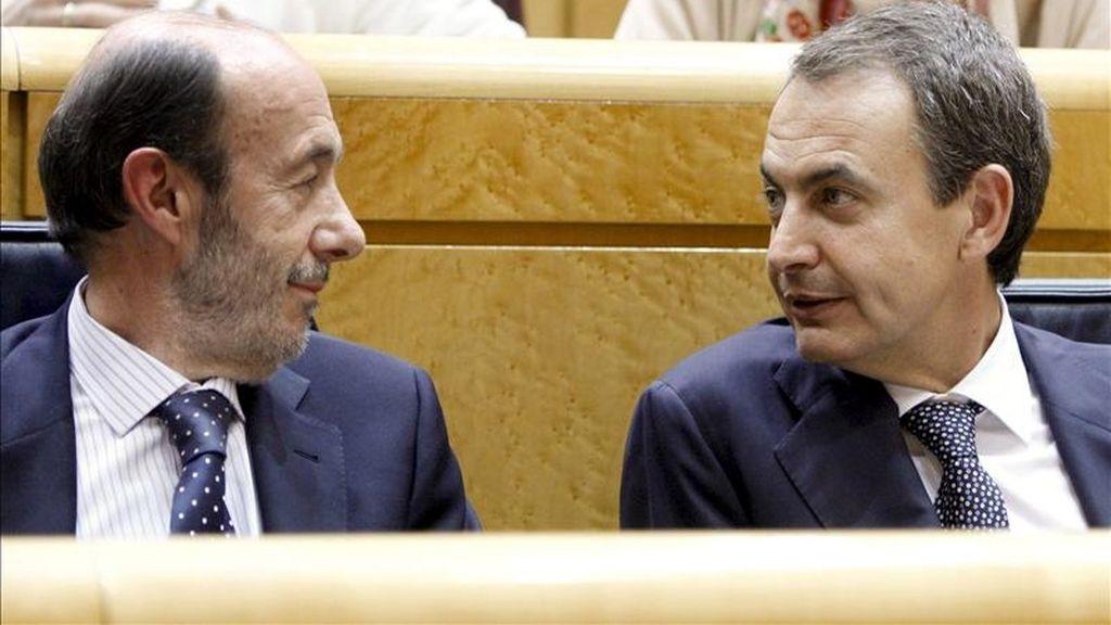 El presidente del Gobierno, José Luis Rodríguez Zapatero (d), conversa con el vicepresidente primero, Alfredo Pérez Rubalcaba, durante la sesión de control al Gobierno esta tarde en el pleno del Senado. EFE