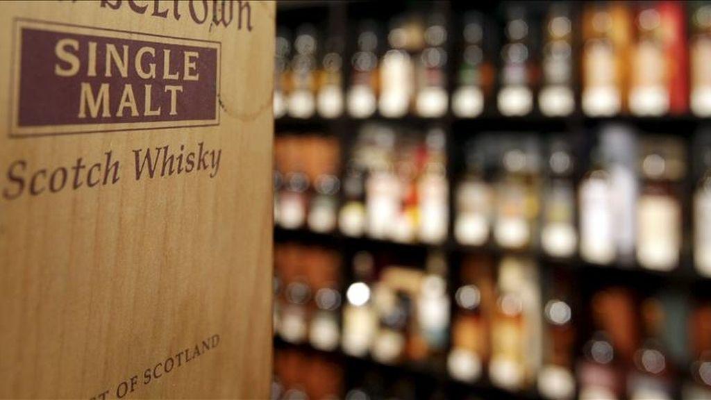 Caja de madera de un whisky escocés expuesta en una tienda. EFE/Archivo