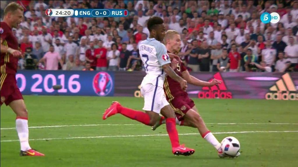 Carrerón de Smolnikov que llega al cruce con Sterling para evitar una gran ocasión de gol