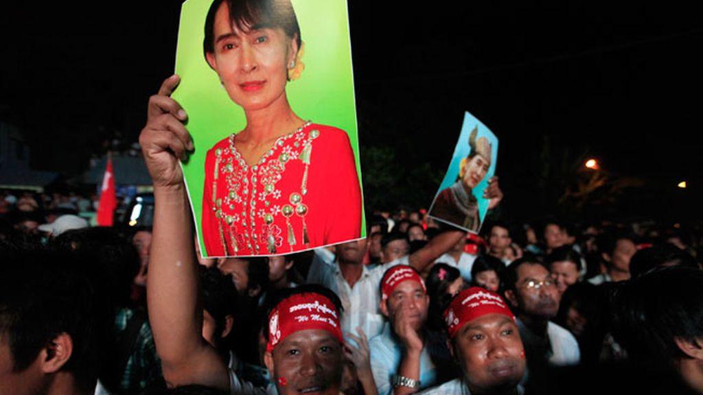 Un hombre levanta una foto de Aung San Suu Kyi