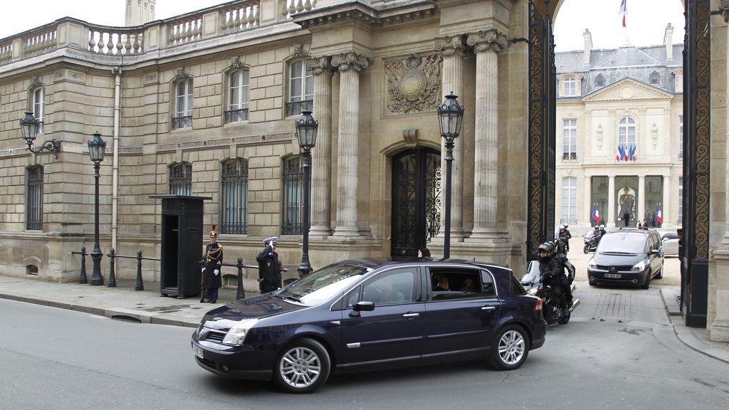 El presidente francés Nicolás Sarkozy sale del Elíseo con su esposa Carla Bruni