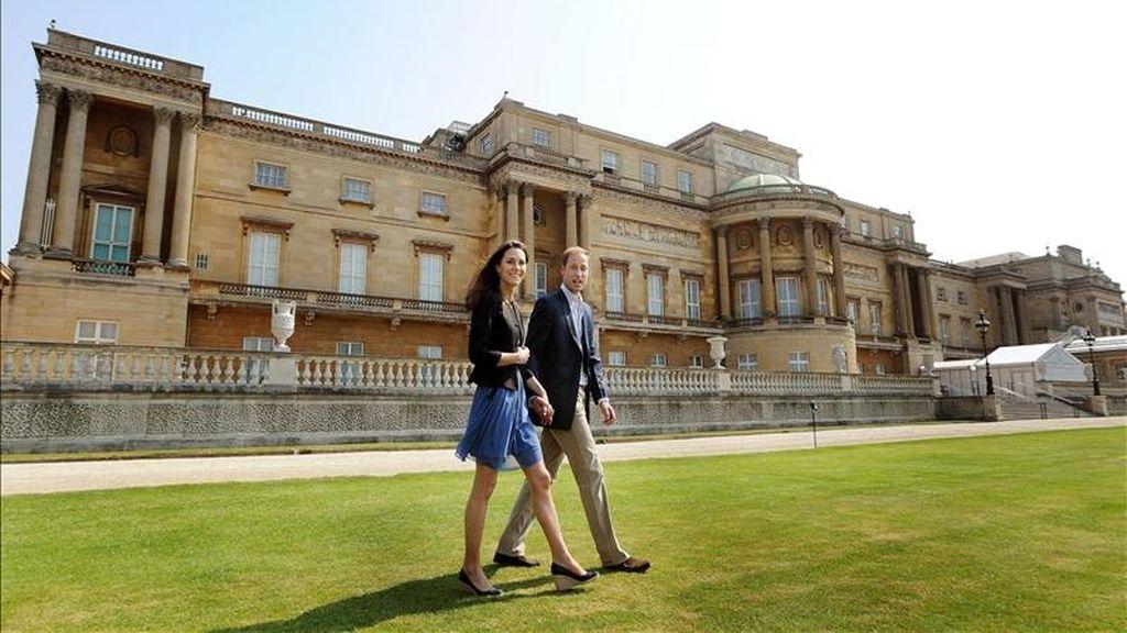 El príncipe Guillermo y Catalina, los nuevos duques de Cambridge, caminan agarrados de la mano por los jardines del palacio de Buckingham, en Londres (Reino Unido), el sábado 30 de abril, un día después de su boda.  EFE/Archivo