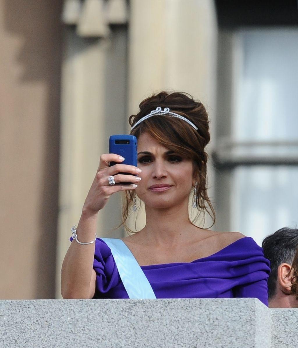 Rania de Jordania hace una foto con su teléfono móvil