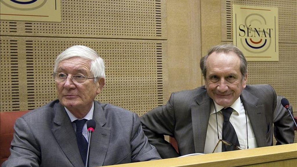 El ministro de Defensa francés, Gerard Longuet (dcha), y el presidente de la Comisión de Asuntos Exteriores, Josselin de Rohan (izq), participan en una sesión informativa sobre la implicación militar francesa en la crisis de Costa de Marfil durante una vista en el Senado francés en París (Francia). EFE