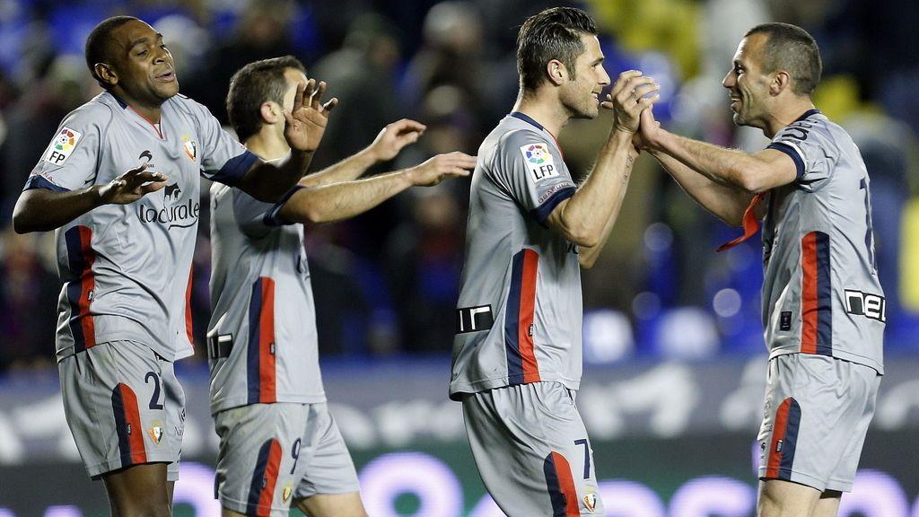 El delantero de Osasuna, Kike Sola (2d), celebra con sus compañeros el segundo gol del equipo rojillo