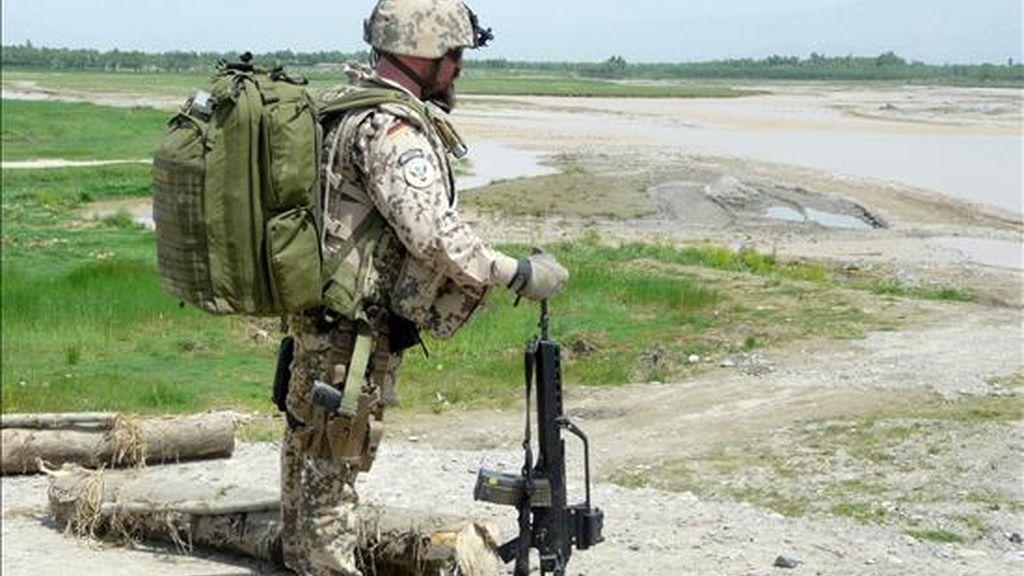 Un soldado de la Fuerza Internacional de Asistencia a la Seguridad (ISAF) de la OTAN patrulla por la localidad de Qaisar Khel en Kunduz. EFE/Archivo