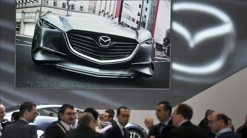 Periodistas conocen las novedades de la firma Mazda durante la 81º edición del Salón del Automóvil de Ginebra, Suiza. EFE/Archivo