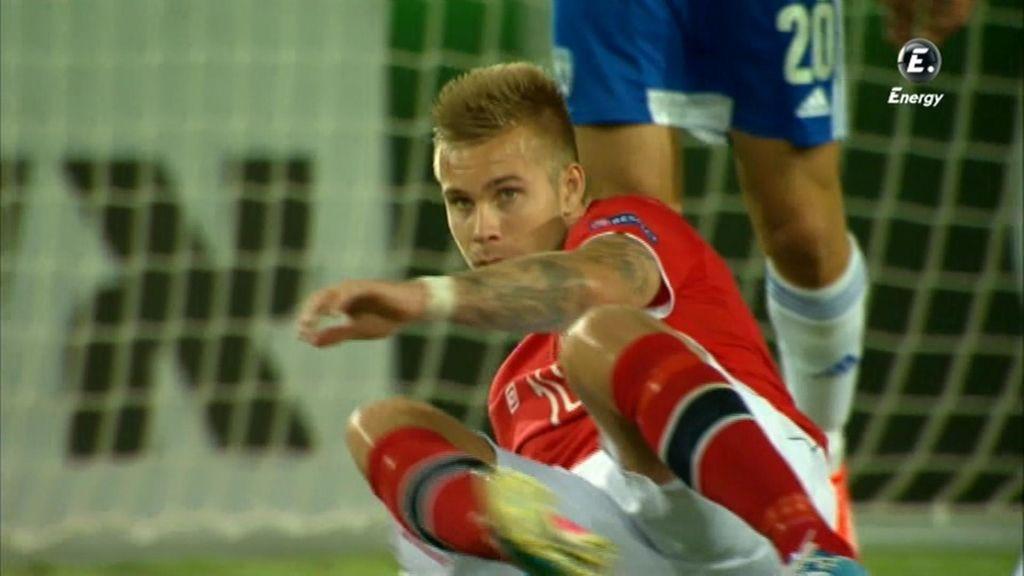 Un jugador noruego se lamenta en el césped.