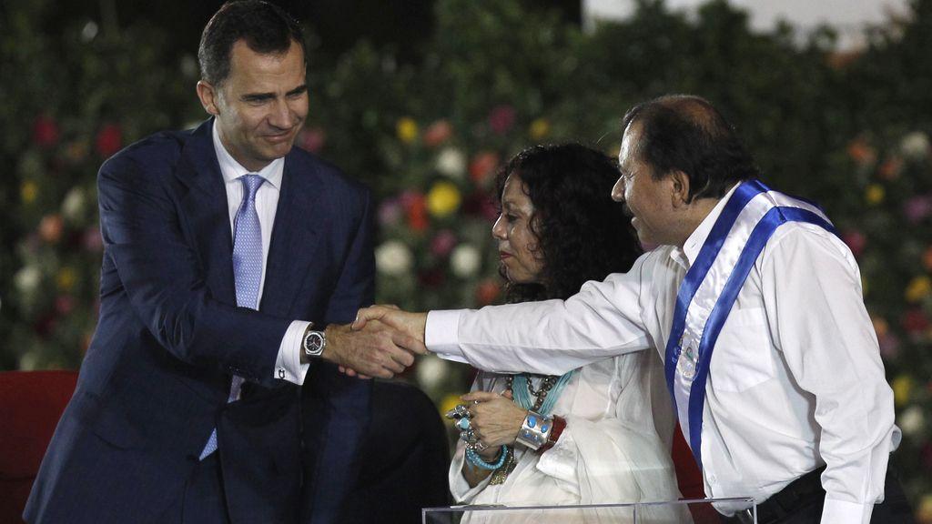 El Príncipe Felipe saluda a Daniel Ortega durante su toma de posesión