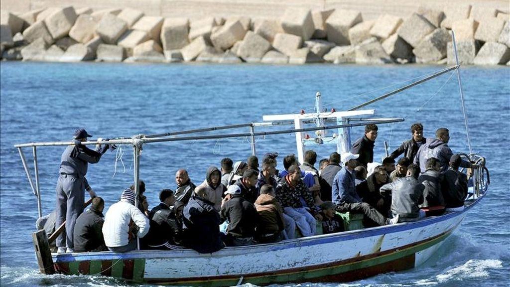 Un bote cargado con inmigrantes llega a la isla italiana de Lampedusa, en el sur de Italia, hoy. EFE