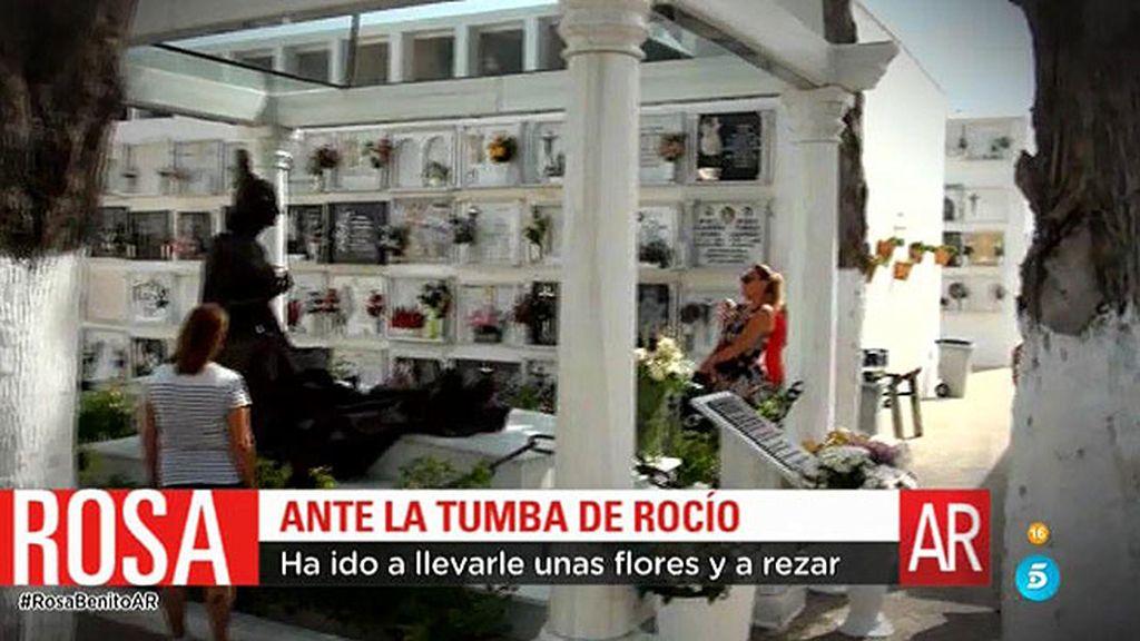 Rosa Benito se emociona ante la tumba de Rocío Jurado