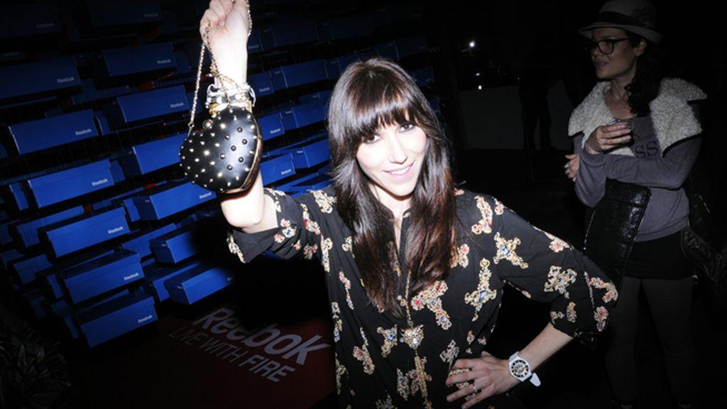 La cantante Nika presumiendo de bolso