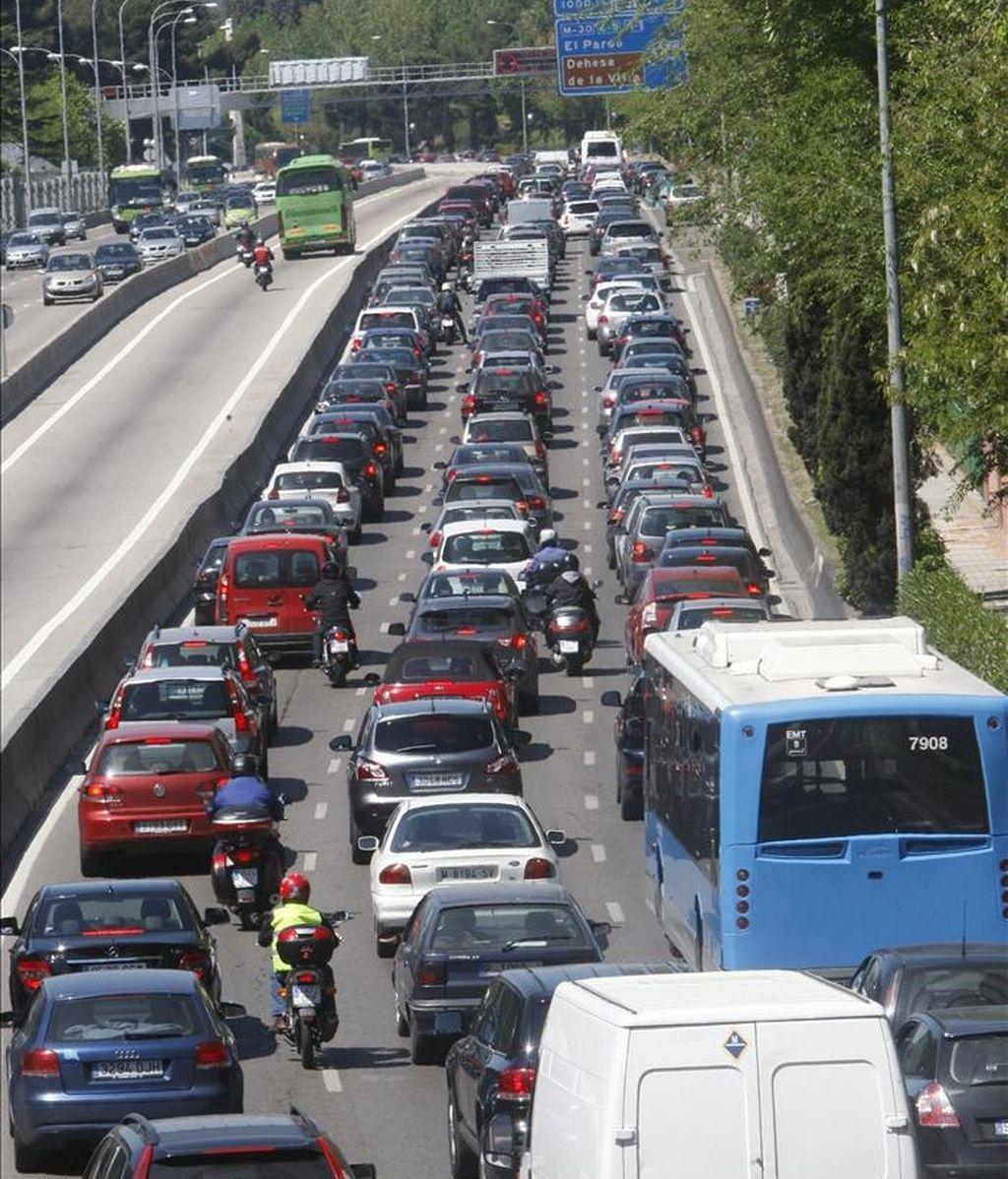 Estado de la circulación en la autovía A-6, dirección salida de Madrid, en una jornada en la que la DGT ha puesto en marcha a las tres de esta tarde a un dispositivo especial para vigilar la circulación en las carreteras durante las vacaciones de Semana Santa, en las que se prevé que se produzcan unos 14,4 millones de desplazamientos desde hoy y hasta el lunes día 25. EFE
