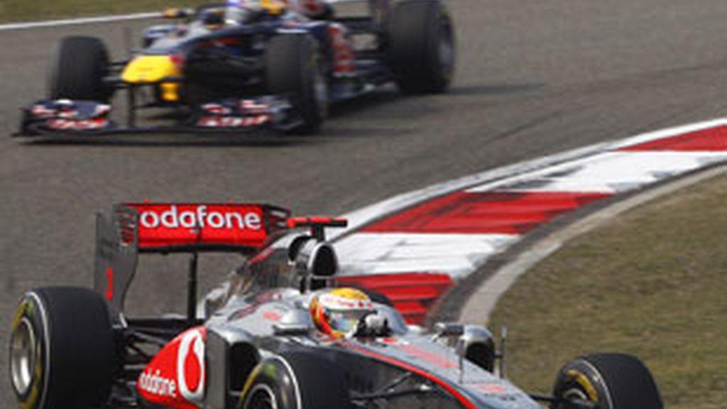 Hamilton logra imponerse a los Red Bull de Vettel y Webber. Foto: EFE.
