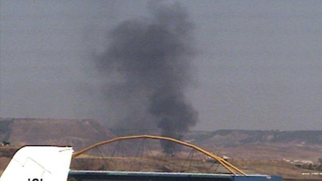 Imagen tomada de EFE TV en la que se aprecia una columna de humo en las proximidades del lugar en el que se estrelló el avión de la compañía Spanair que se salió de la pista en el aeropuerto madrileño de Barajas mientras despegaba. EFE/EFE TV/Archivo