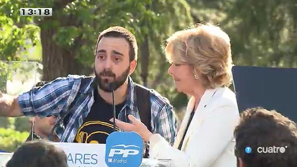 Aguirre cede el micrófono durante un mitin a quienes le increpaban