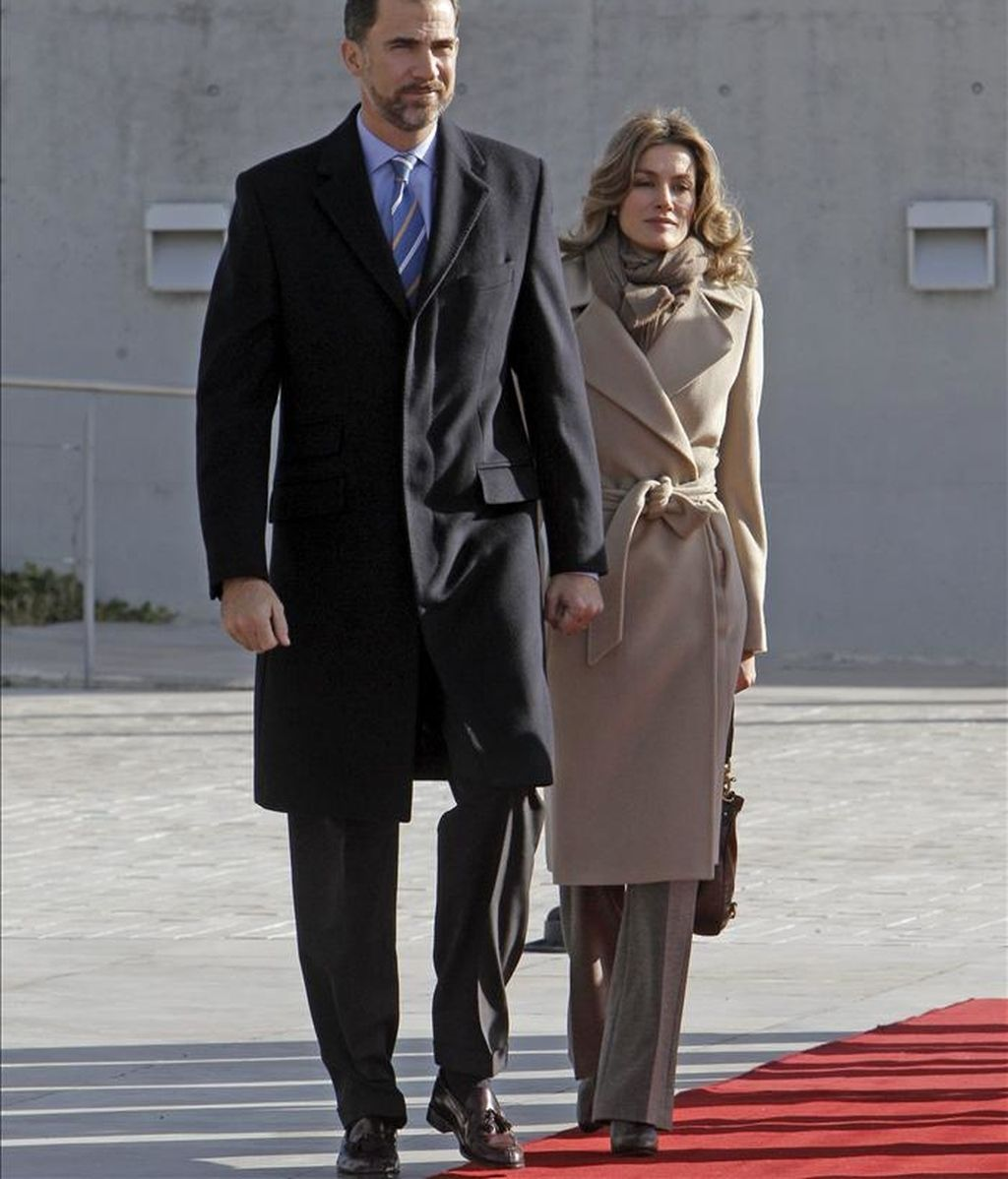 Los Príncipes de Asturias, antes de subir al avión que les trasladó a Perú para una visita oficial. Los Príncipes inician hoy una gira por la región de Oriente Medio con Israel como primera escala. EFE/Archivo