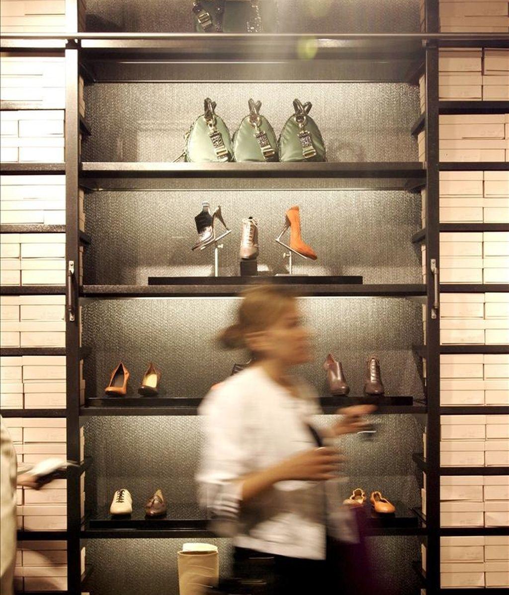 Una mujer en el interior de una tienda de complementos. EFE/Archivo