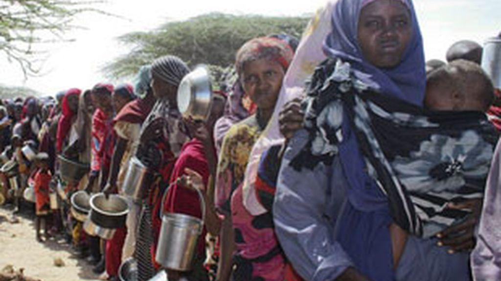Una fila de mujeres en el campamento de refugiados en Mogadiscio, Somalia. Foto: EFE