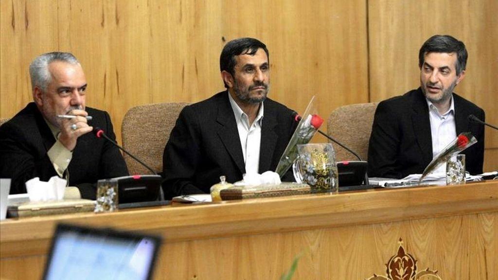Fotografía cedida hoy, domingo 1 de mayo de 2011, por la Presidencia de Irán que muestra al presidente iraní, Mahmud Ahmadienyad (c), liderando una reunión con el gabinete de ministros. EFE