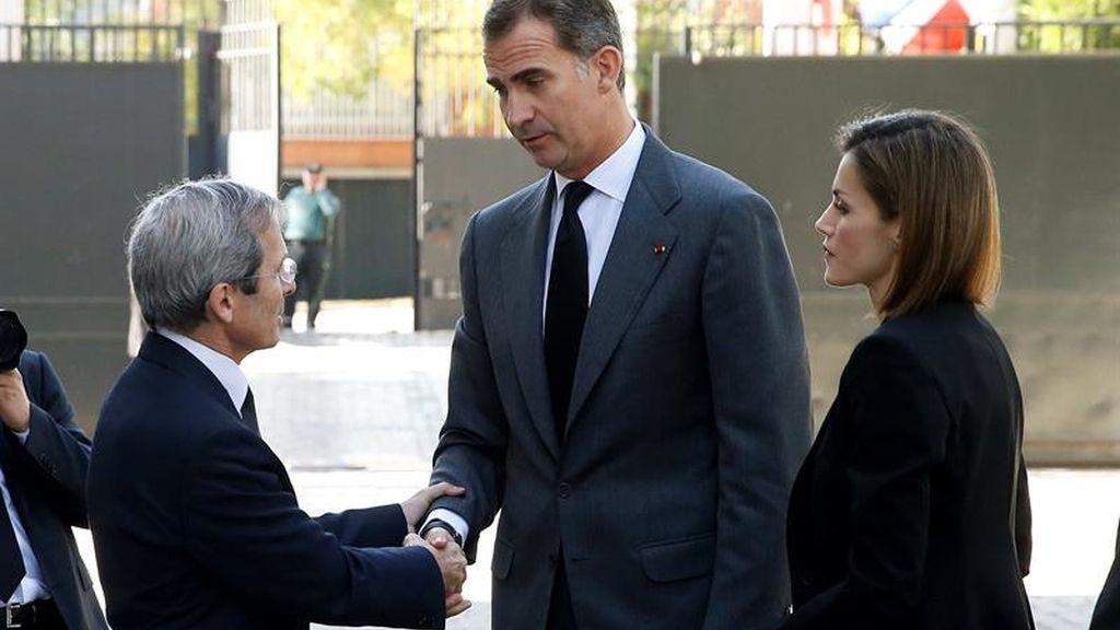 Los Reyes firman en el libro de condolencias de la Embajada francesa