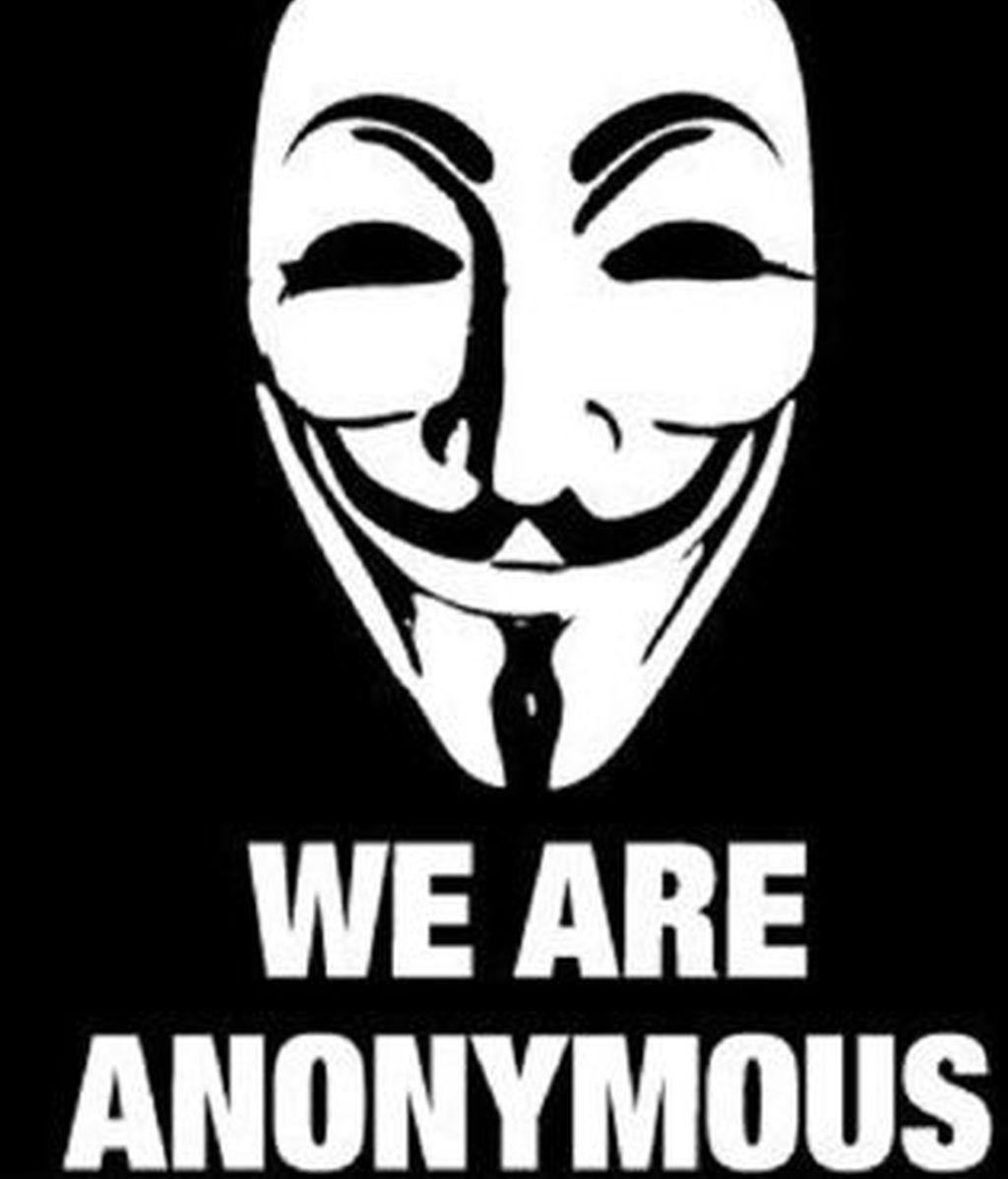 """Los internautas han criticado a la policía por decir que los detenidos eran miembros de la """"cúpula"""" de Anonymous. Vídeo: Informativos Telecinco."""