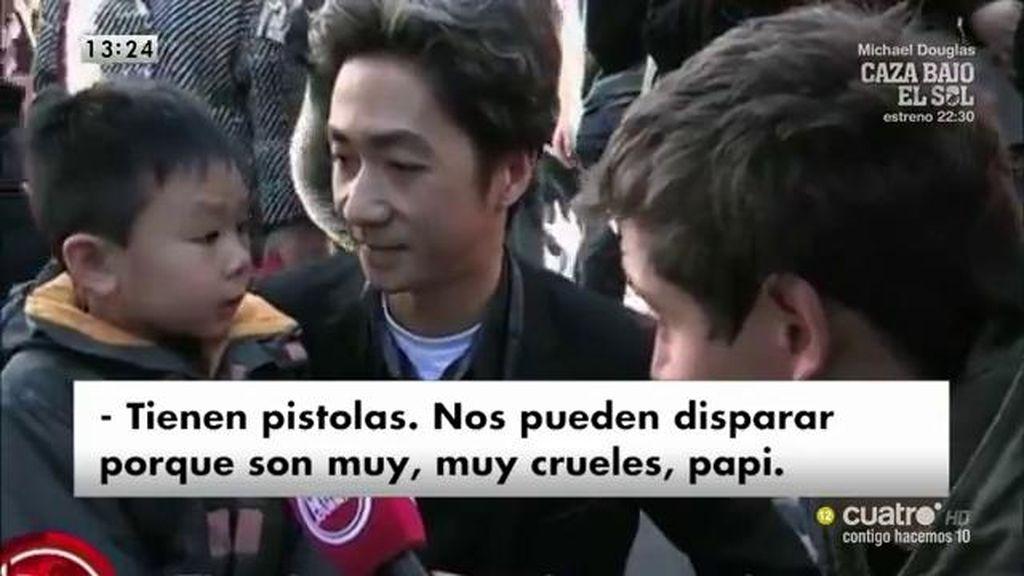 Un padre intenta explicar a su hijo lo que ha pasado en los atentados