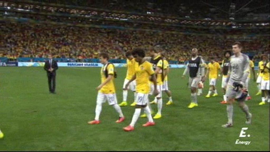 Brasil no espera en el campo mientras Holanda recibía su medalla