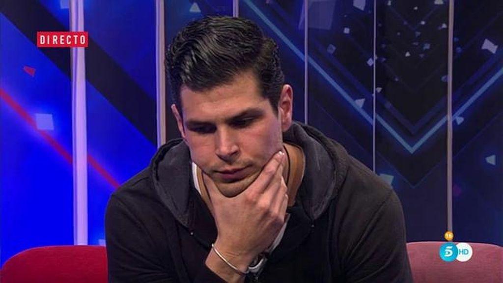 Alejandro no quiere abandonar pero pide su expulsión a la audiencia