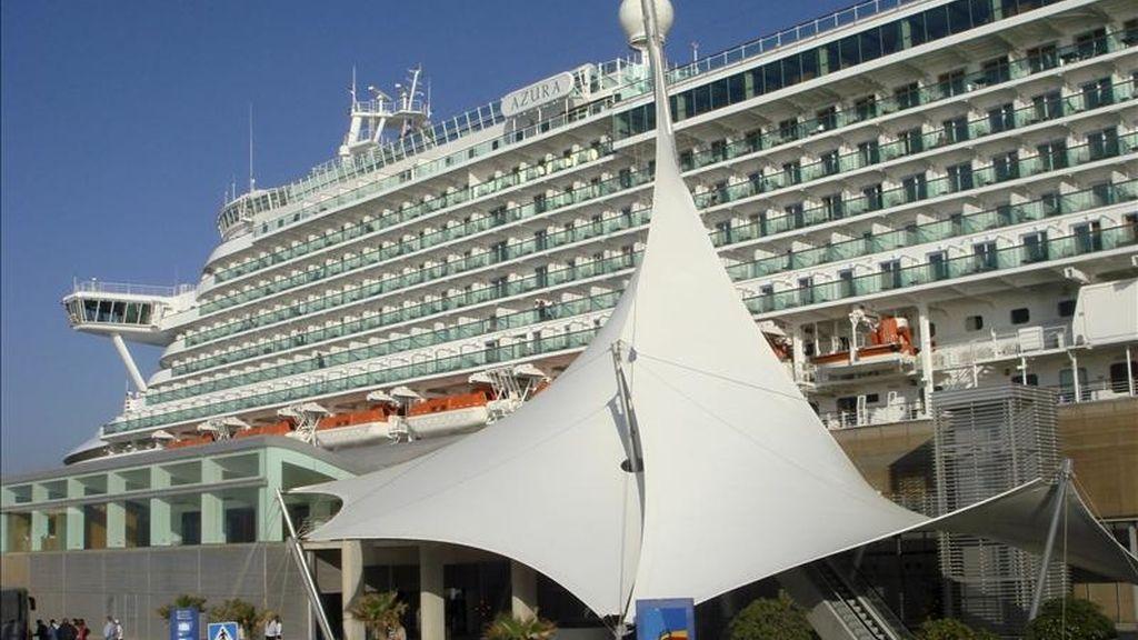 """El buque """"Azura"""", de la compañía británica P&O Cruises, uno de los cruceros más grandes del Mediterráneo, ha atracado por primera vez en el puerto de Alicante, procedente de Civitavecchia (Roma) y con destino a Gibraltar. EFE"""