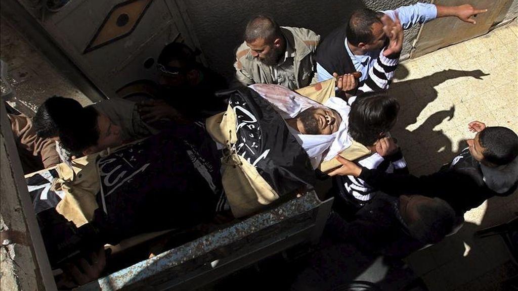 Palestinos portando hoy el cadáver de uno de los fallecidos en un ataque aéreo israelí, durante el funeral celebrado en el área de Al Zaitun en Gaza. EFE
