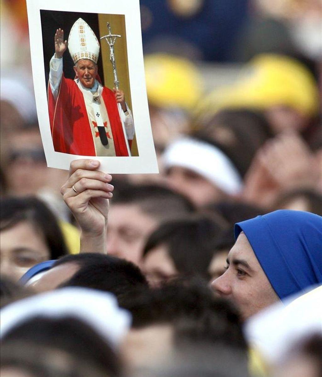 Un fiel alza la foto del difunto papa Juan Pablo II durante el encuentro del papa Benedicto XVI con los jóvenes celebrado en abril de 2006, en la plaza de San Pedro. EFE/Archivo